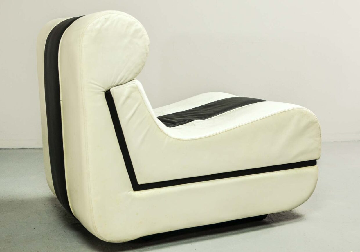 MID-CENTURY DESIGN ARTISTIC SET OF BLACK & WHITE LOUNGE CHAIRS, ITALY, 1970s