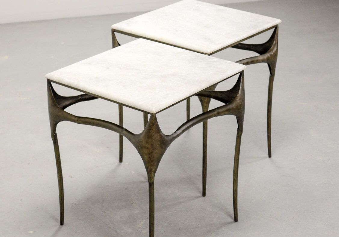 MID-CENTURY DESIGN PAIR OF ITALIAN BRUTALIST BRONZED SIDE TABLES WITH MARBLE TOP AFTER PAUL EVANS, 1960S