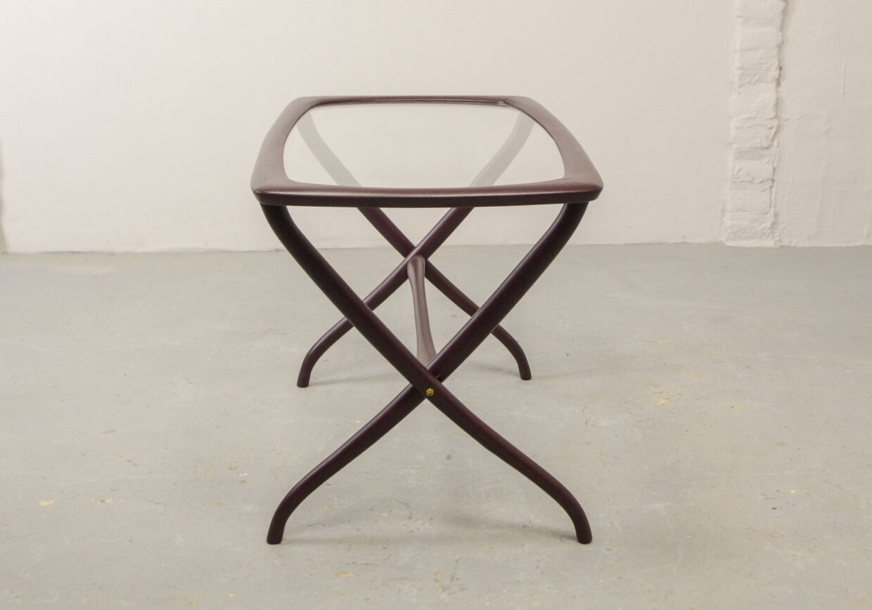 MID-CENTURY ITALIAN DESIGN SIDE TABLE WITH SOLID WOODEN SCISSOR FRAME AND GLASS TOP, ITALY, 1950S