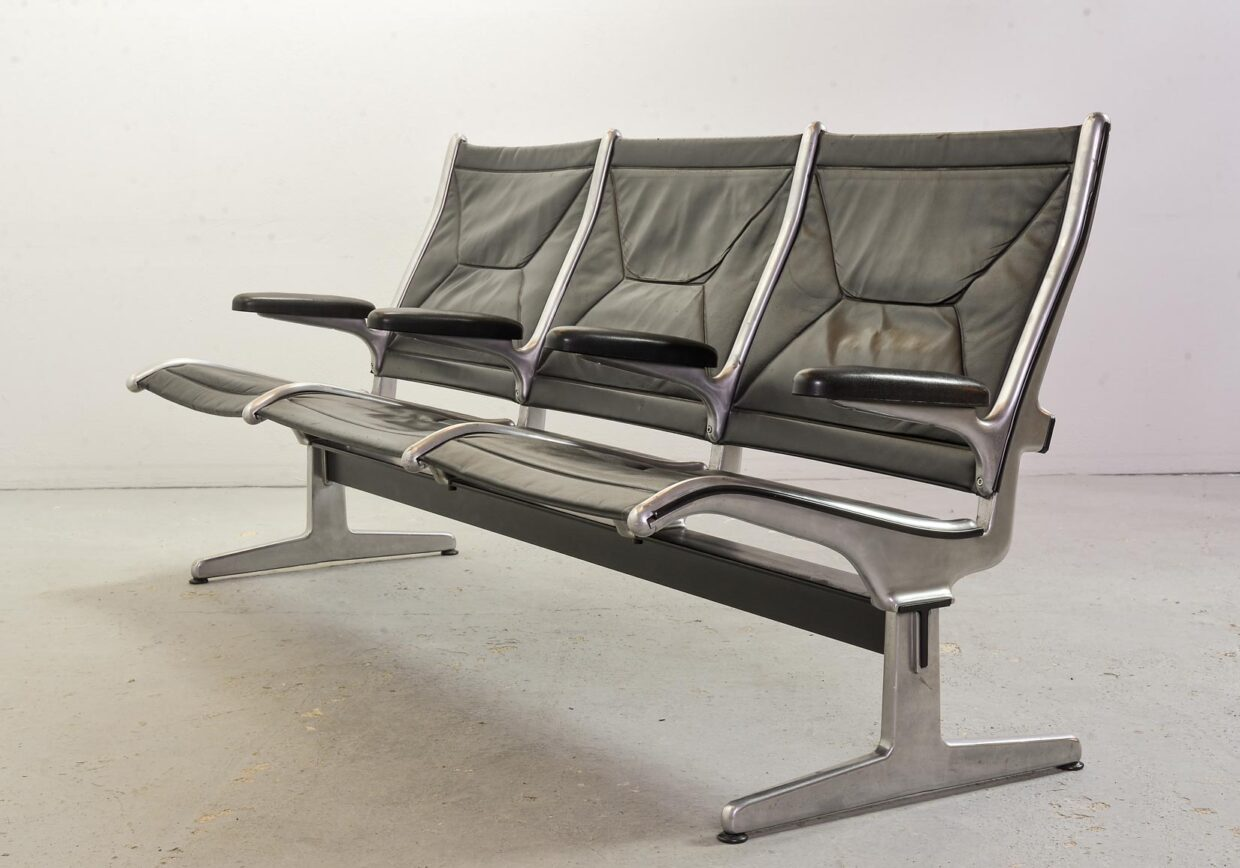 CHARLES EAMES FOR HERMAN MILLER THREE SEAT TANDEM SLING 'AIRPORT' BENCH IN BLACK LEATHER. USA, 1960S. REF.: S038