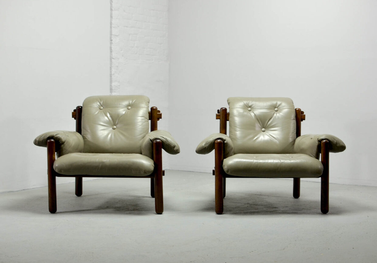 JEAN GILLON FOR WOODART BRAZILIAN DESIGN LOUNGE CHAIRS IN TUFTED GREY LEATHER AND JACARANDÁ WOOD, 1960S. REF.: CH083