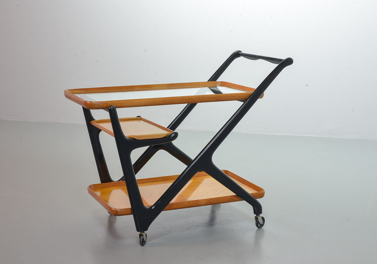 CESARE LACCA MOBILE TEA TROLLEY WITH SERVING TRAY FOR CASSINA IN BLACK LACQUERED BEECH WOOD. ITALY, 1970S.