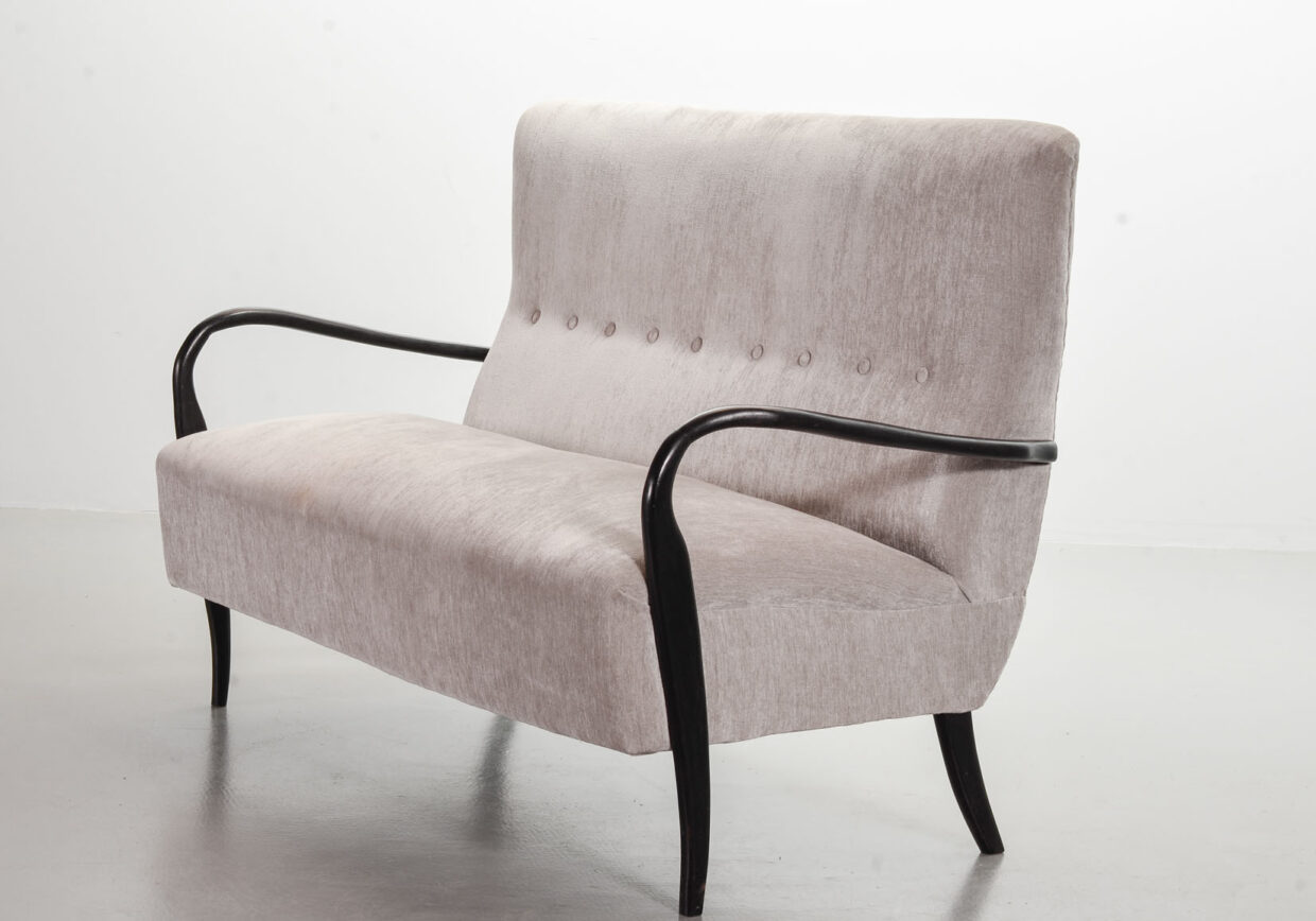 GUGLIELMO ULRICH TWO SEAT SOFA IN GREY SILVER FABRIC. ITALY, 1950S. REF.: SS074